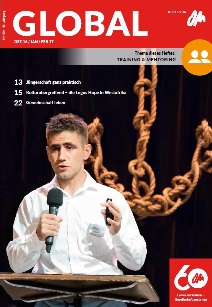Cover der Global Dez16_janfeb17. OM-Mitarbeiter auf der Logos Hope spricht. Im Hintergrund ein Anker aus Tauen.