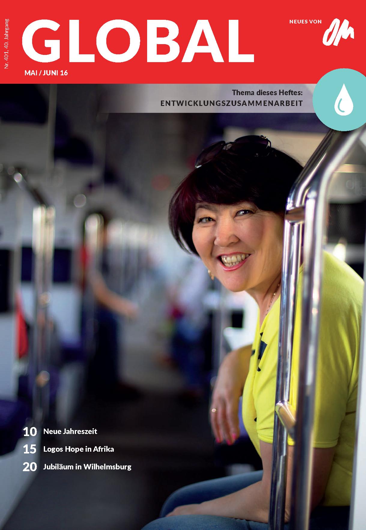 Eine Frau in Zentralasien fährt mit der Bahn