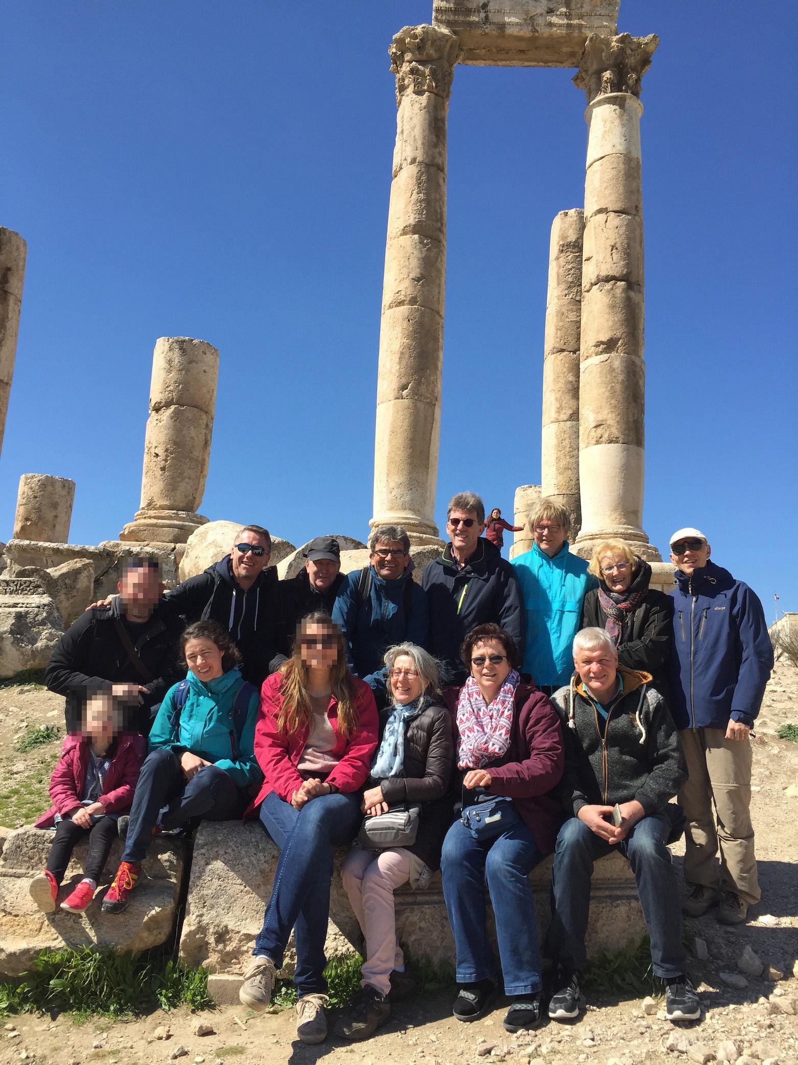 Teilnehmer der OM-Reise bein Besuch von Sehenswürdigkeiten in der Wüste