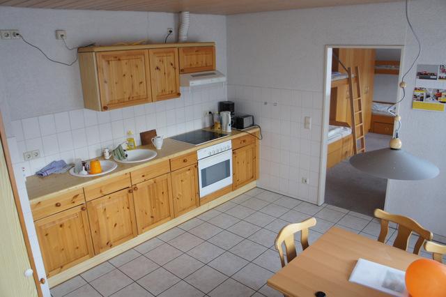 """Blick in die Küche und ins Schlafzimmer der Ferienwohnung \""""Uruguay\"""""""