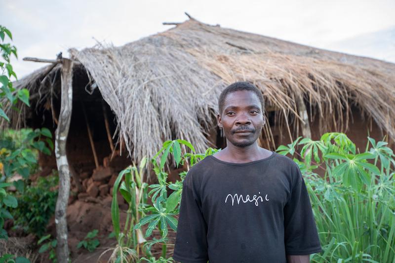 Ein Mann steht vor seinem Haus, das durch den starken Regen und den Wind des Zyklons Idai in Mosambik beschädigt wurde. Foto von Rebecca Rempel
