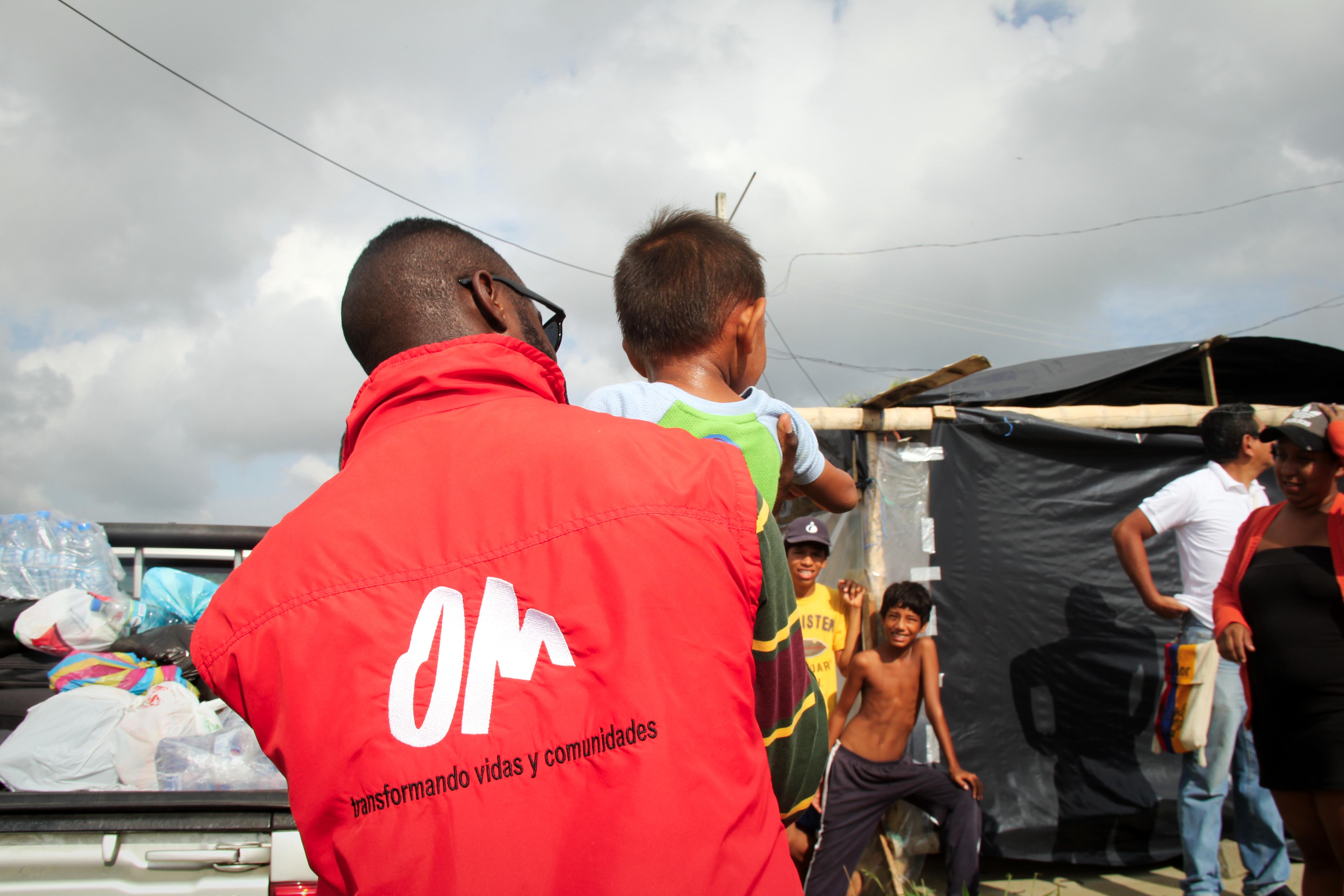 Mitarbeiter vom OM in Ecuador bei einem Hilfseinsatz