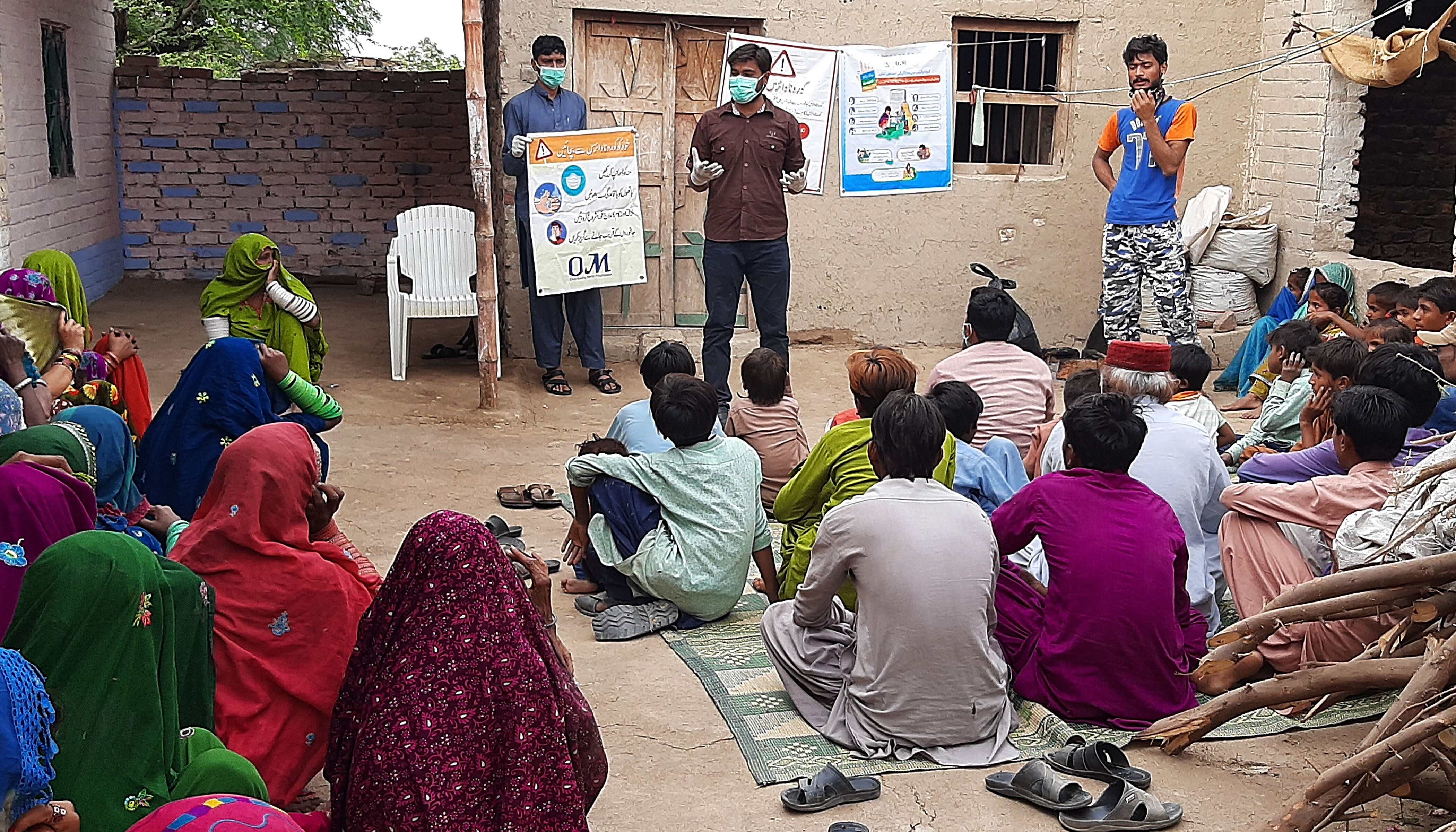 Das Bild zeigt OM-Mitarbeiter in Pakistan bei einer Aufklärung über den Umgang mit Covid19.