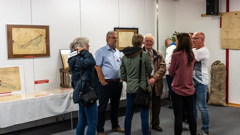 In der historischen Ausstellung konnten die Besucher alte Dokumente, Kassen- und Lohnbücher sowie Pläne der Deetken-Mühle und von Mosbach besichtigen © Achim Schneider, OM