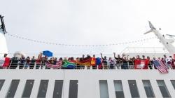 Mitglieder der Crew auf der Logos Hope heißen die Ankunft des Vize Präsidenten von El Salvador willkommen