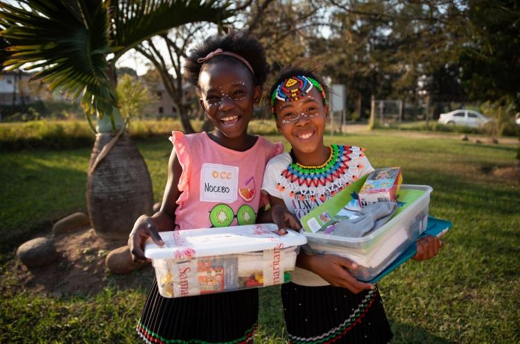 Zwei Mädchen in Lesotho freuen sich über ihren Schukarton zu Weihnachten