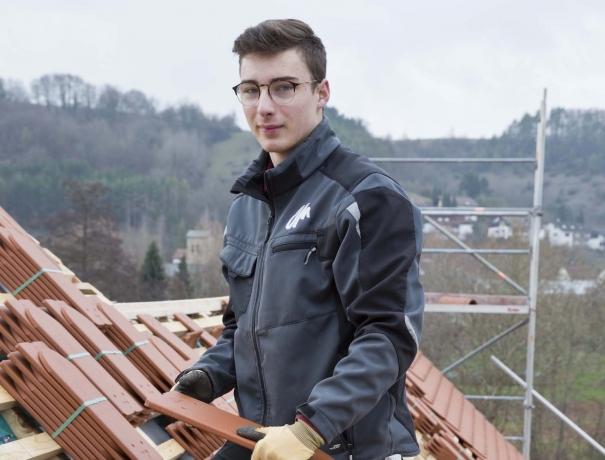 FSJler im Bauteam hilft beim Dachdecken