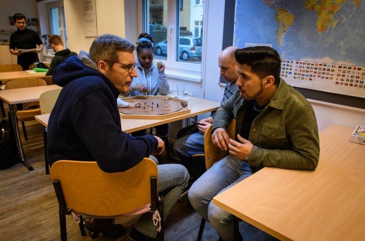 Zwei Männer in einem Begegnungscafé im Gespräch
