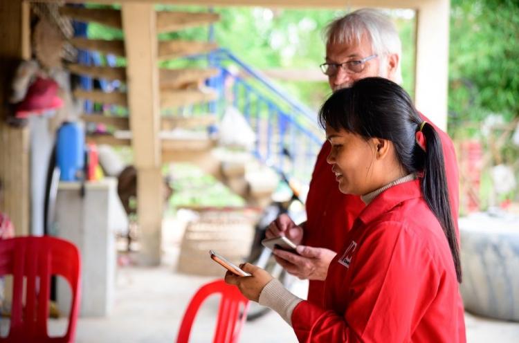 Mom leitet gemeinsam mit ihrem Kollegen Johan eine Bibelstunde in einem Dorf in Kambodscha
