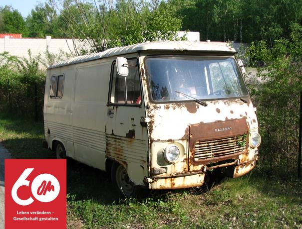 Ein alter ausgemusterter, verrostert OM-Kleinbus, mit dem Literatur geschmuggelt wurde