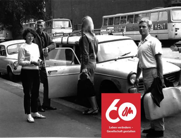 OM-Team steigt aus einem Auto. Foto aus den 60iger Jahren in schwarz/weiß
