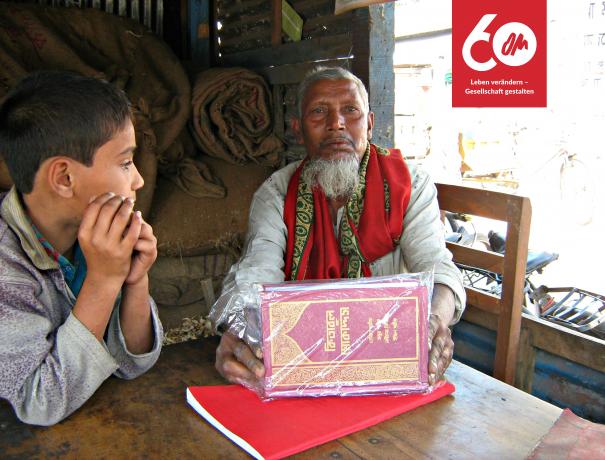 ein älterer Mann und ein Junge mit einer Bibel auf Bengali
