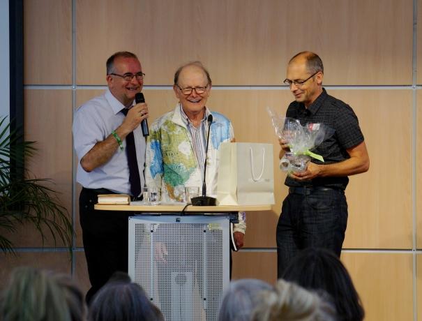 Gian Walser (rechts) überreicht George Verwer (Mitte) zum Abschluss und Dank ein vorzeitiges Geburtstagsgeschenk für seinen 79. Geburtstag am 3. Juli