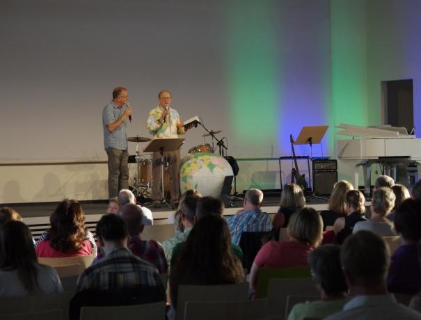 George Verwer bei einem Gottesdienst in der FEG Wetzlar
