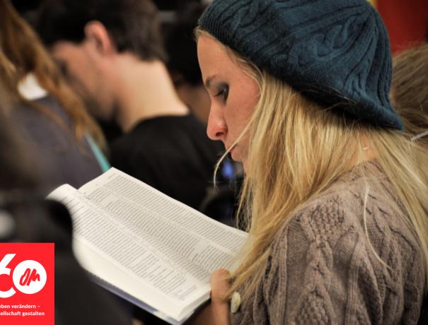 Teilnehmerin des Missions- und Jüngerschaftstrainings liest in der Bibel
