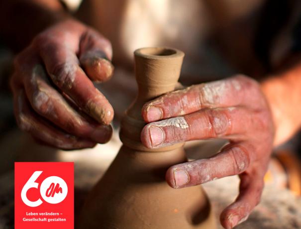 Töpferhände beim Fertigstellen einer Vase by Kathryn Berry