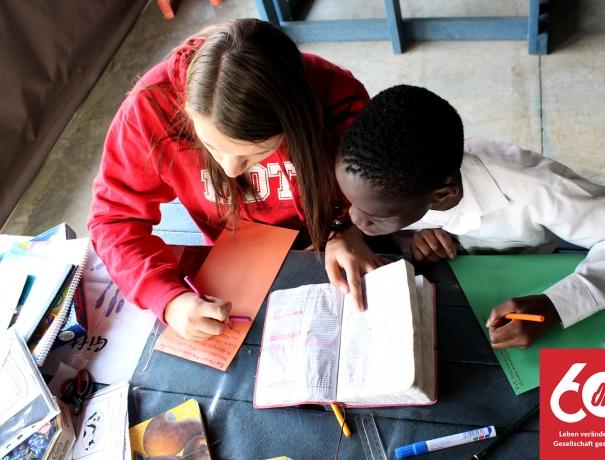 Eine OM-Mitarbeiterin bei der Hausaufgabenhilfe eines Aidskranken Kindes in Südafrika