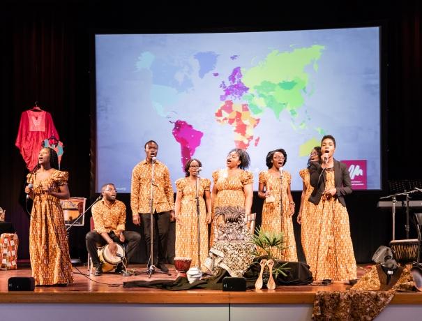 """Der afrikanische Chor """"Elikia"""" brachte afrikanische Stimmung © Foto: OM, Konstatin Neureuther"""