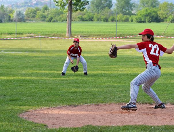 Der Werfer beim Baseball in Aktion