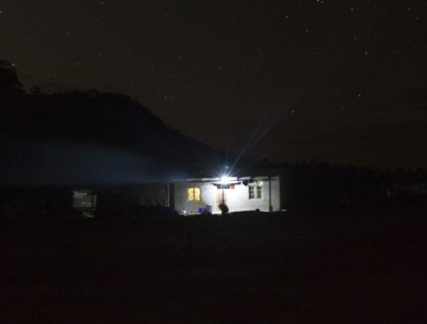 Ein erleuchtete Haus in der dunklen Nacht