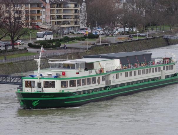 Das OM Riverboat an seinem Liegeplatz am Erzbergerufer in Bonn