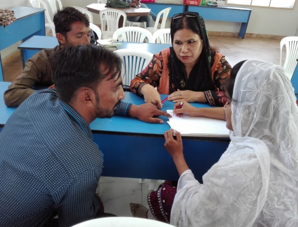 Pakistanier diskutieren über den Glauben