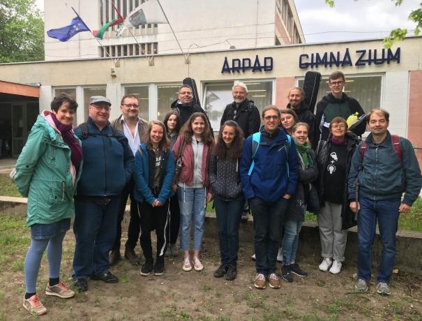 Die Gemeindegruppe vor dem Gymnasium in Ungarn, in dem sie einen Einsatz machten