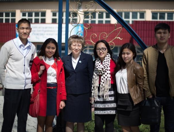 Kasachische Studenten mit ihrer Lehrerin