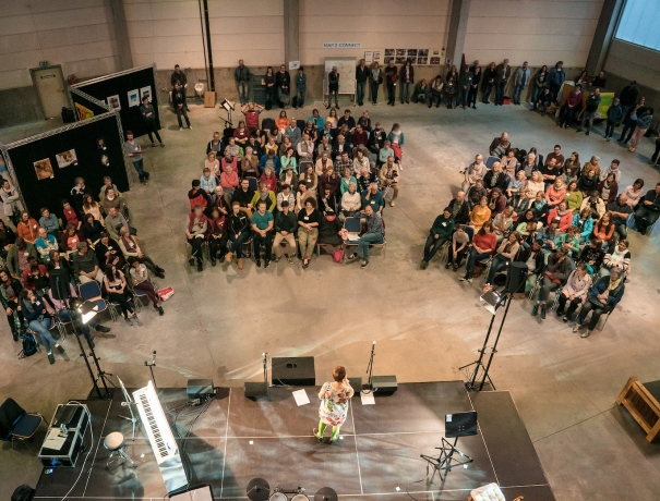 Viele Besucher kamen zum öffentlichen Abend 'mehrWERT'und sahen kreative Kunstvorführungen © Dustin Waters, OM