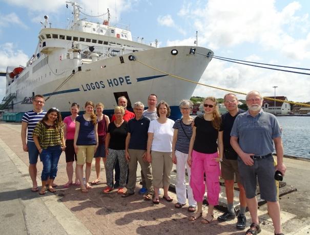 Die Reisegruppe vor der Logos Hope