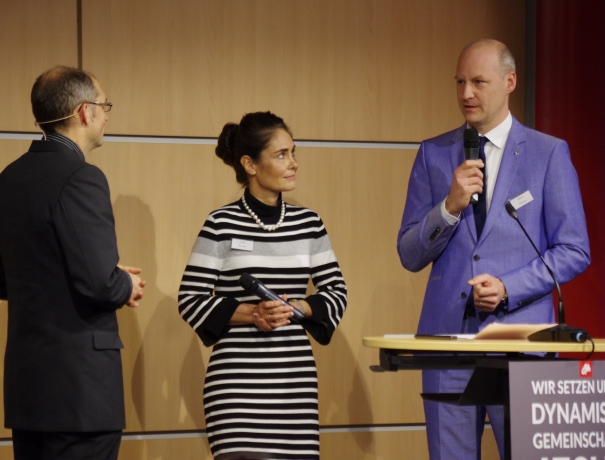 Unternehmerehepaar Esther und Martin Dürrstein (Mitte + rechts) berichtet, wie es OM-Projekte unterstützt