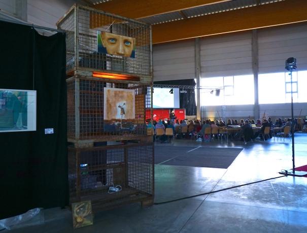 Für das Wochenende war die sonst leere Fabrikhalle voller Leben, Farbe und Kunst © Bernd Vonau