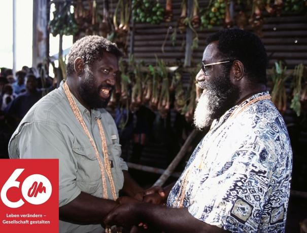 Die Führer der beiden Konfliktparteien in Papua-Neuguinea versöhnen sich nach dem Besuch der Doulos