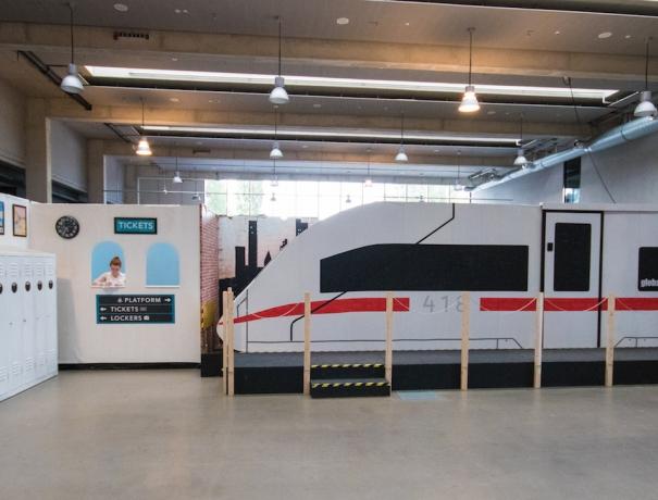 Kulisse des Global Village, nach gebauter Zug und Fahrkartenschalter