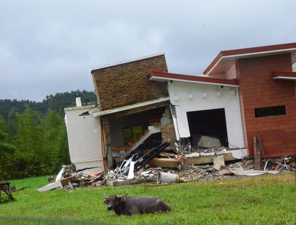 Vom Erdbeben zerstörtes Haus in einem Dorf in der Nähe von Surigao City, Philippinen