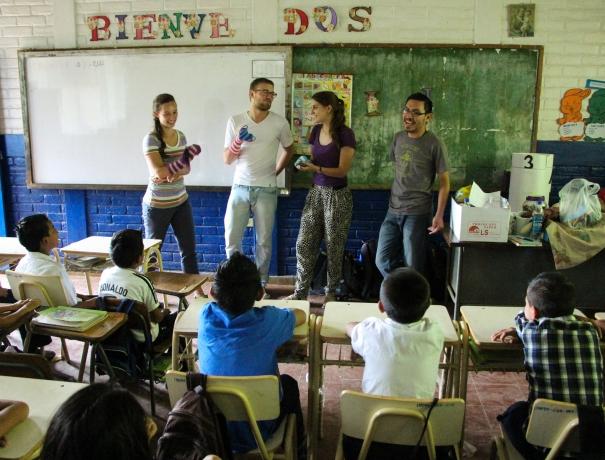Einsatzteilnehmer in einer Schule in El Salvador - Foto by Frank Castillo