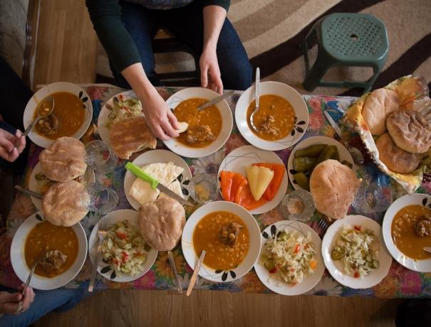 Reich gedeckter Tisch mit Köstlichkeiten aus Albanien