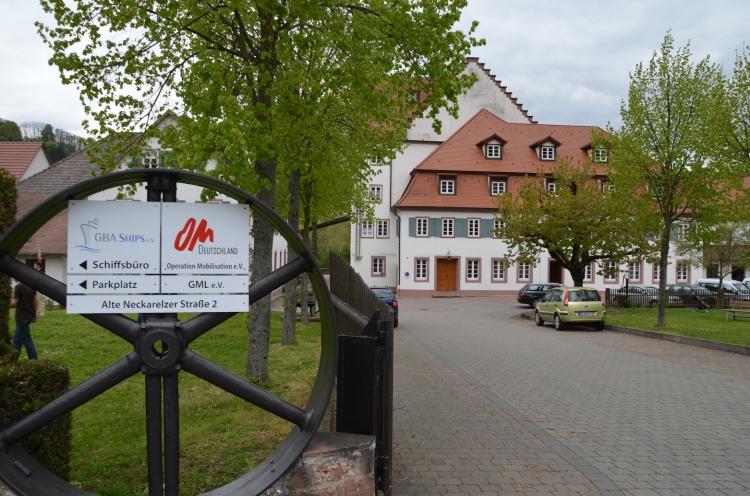 Einfahrt in den Hof der OM-Deetken-Mühle mit dem Mühlengebäude im Hintergrund