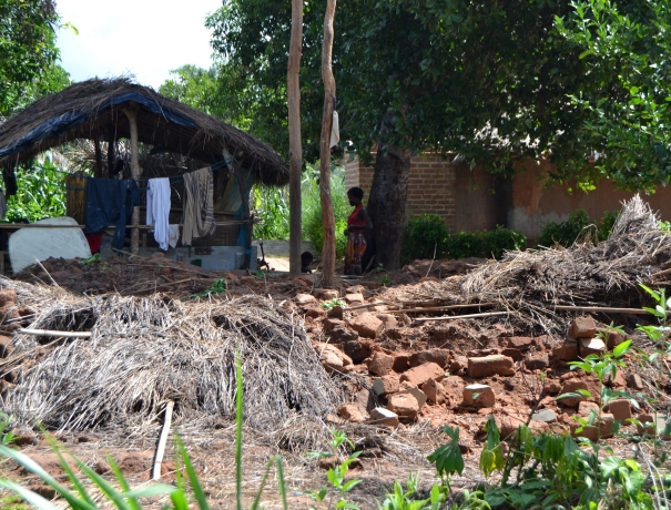 Von Zyklon Idai betroffene Menschen und zerstörtes Haus in Mosambik
