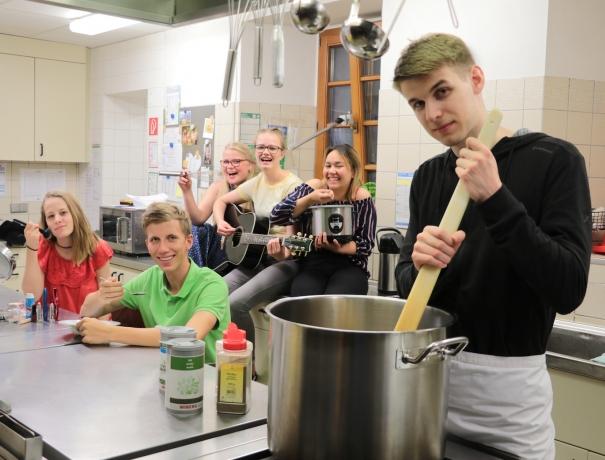 Die FSJler von OM Deutschland in der Küche machen lustige Posen