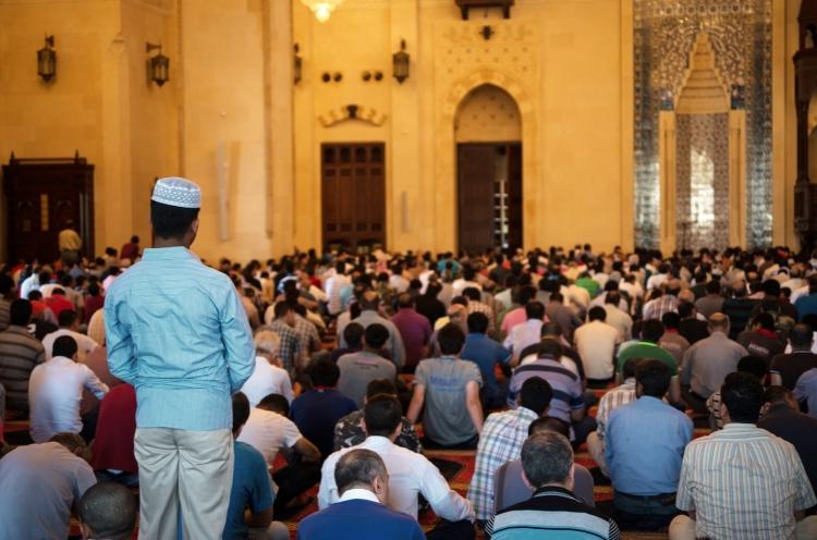Muslime warten auf das Gebet in einer Moschee © Garrett N., OM