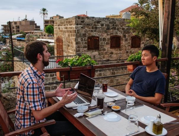 Zwei Mitarbeiter während eines Mentoringgesprächs in einem Café