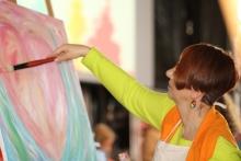 Elf verschiedene Workshops vermittelten den Teilnehmern neue Fähigkeiten. Hier eine Künstlerin beim Malen.