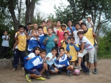 Eine Gruppe von Kindern und OM-Mitarbeitern nach einem Fußballspiel
