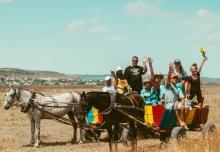 Eine Gruppe von OM-Mitarbeitern ist auf einem Eselskarren unterwegs