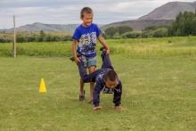 """Zwei Kinder spielen auf einem Kinderlager """"Schubkarre"""""""