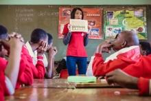 OM-Mitarbeiterin unterrichtet zum Thema HIV und Aids