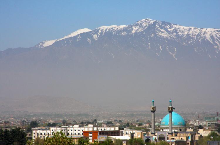 Maisema Kabulia kohti. Vuoret näkyvät taustalla.